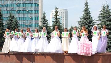 Кузбасса Новокузнецке: молодые мамы вновь надели свадебные платья и прошли в них по улицам и