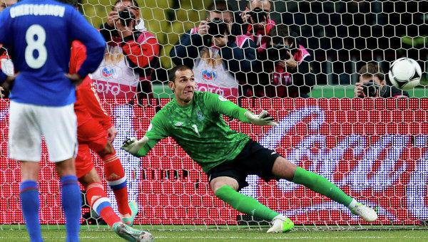 Вратарь сборной Азербайджана Камран Агаев пропускает мяч