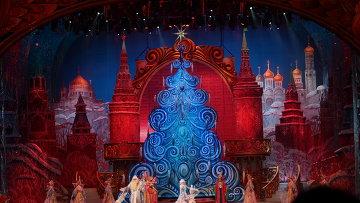 Театрализованное представление идет в Зрительном Зале Дворца.  Сама Кремлевская Елка установлена в.